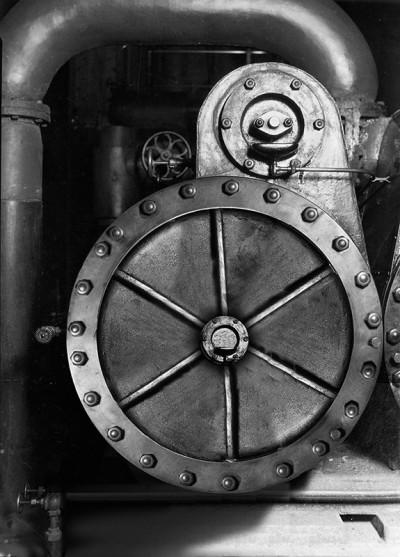 Lewis_Hine_Power_house_mechanic_working_on_steam_pump_B_W4 800